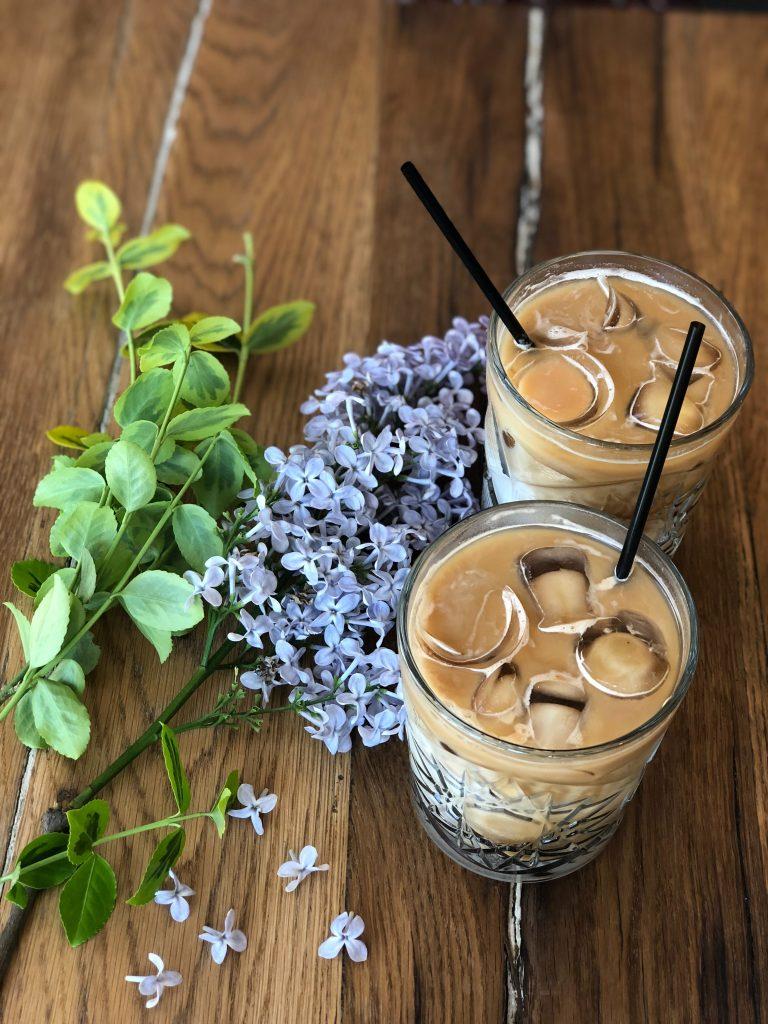 2 cangkir kopi nusantara dengan sajian dingin