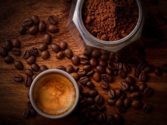 Ilustrasi secangkir kopi, kopi bubuk, dan biji kopi