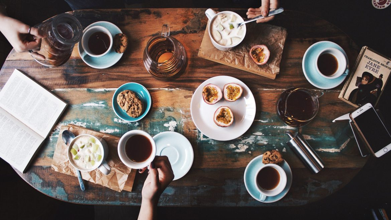 Ilustrasi meja berisi kopi dan makanan