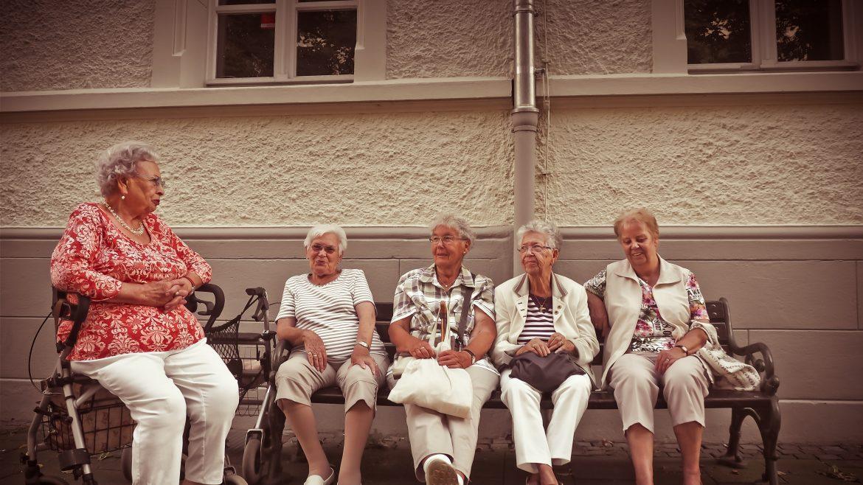 Ilustrasi wanita lansia sedang duduk bersama