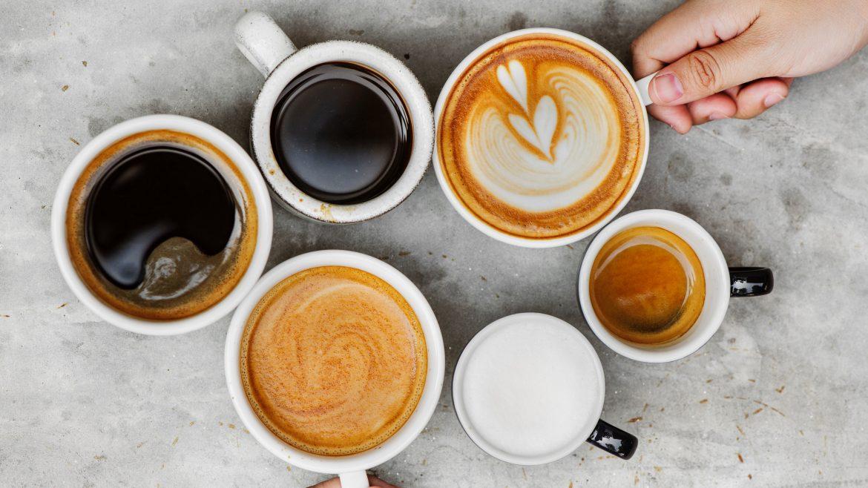 Ilustrasi 6 cangkir kopi di meja