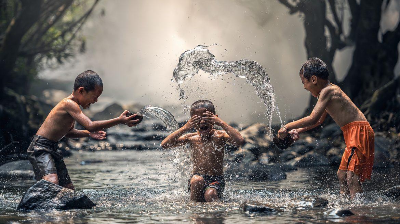 ilustrasi anak bermain di sungai