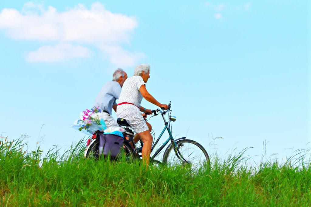 ilustrasi lansia naik sepeda