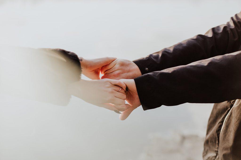 Gambar dua pasang tangan saling menggenggam