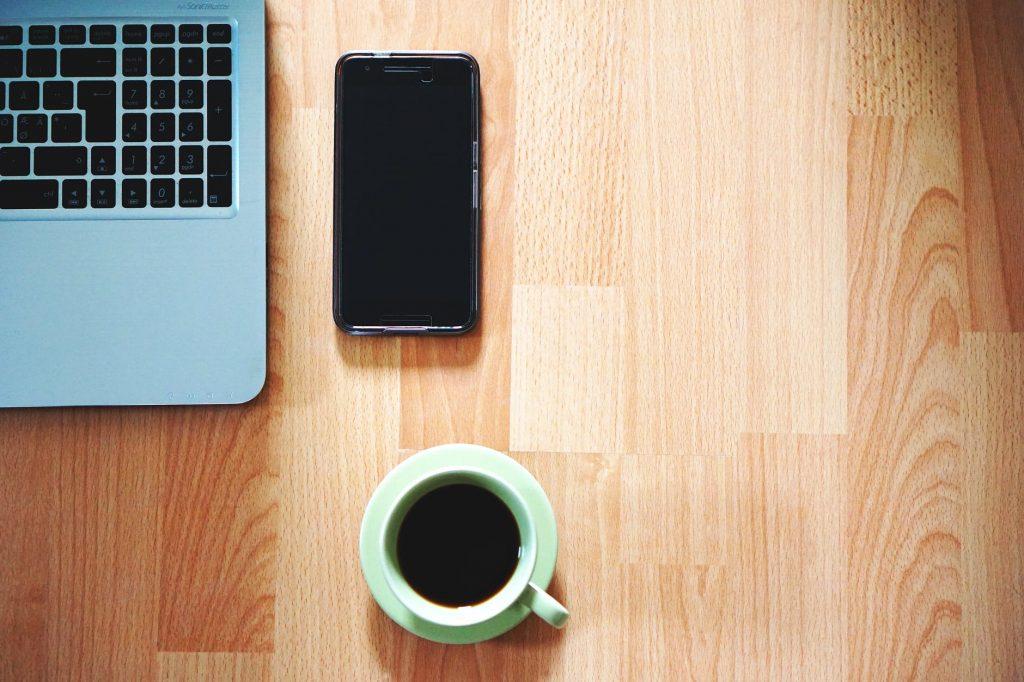 Ilustrasi laptop dan smartphone