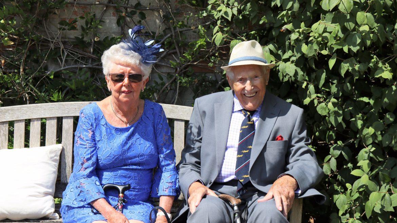 Ilustrasi pria dan wanita lansia