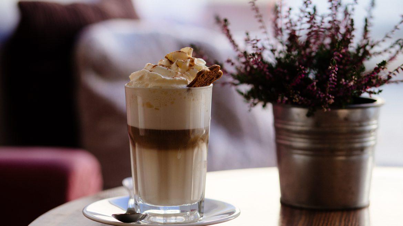 Foto segelas kopi di atas meja