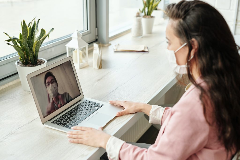 Seorang wanita tengah melakukan video call dengan seorang pria