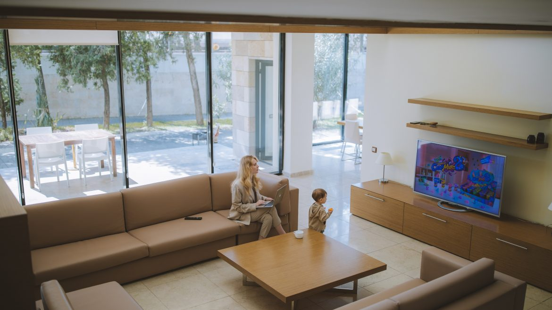foto ibu dan anak sedang menonton televisi